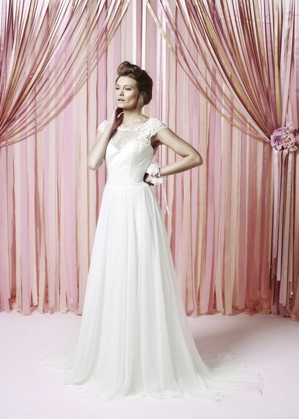Dresses That Flare Out Into A Gradual Shape Are Good For Apple Shapes Bride Should Opt Bodice With Lot Of Texture To It And Think About Ruche