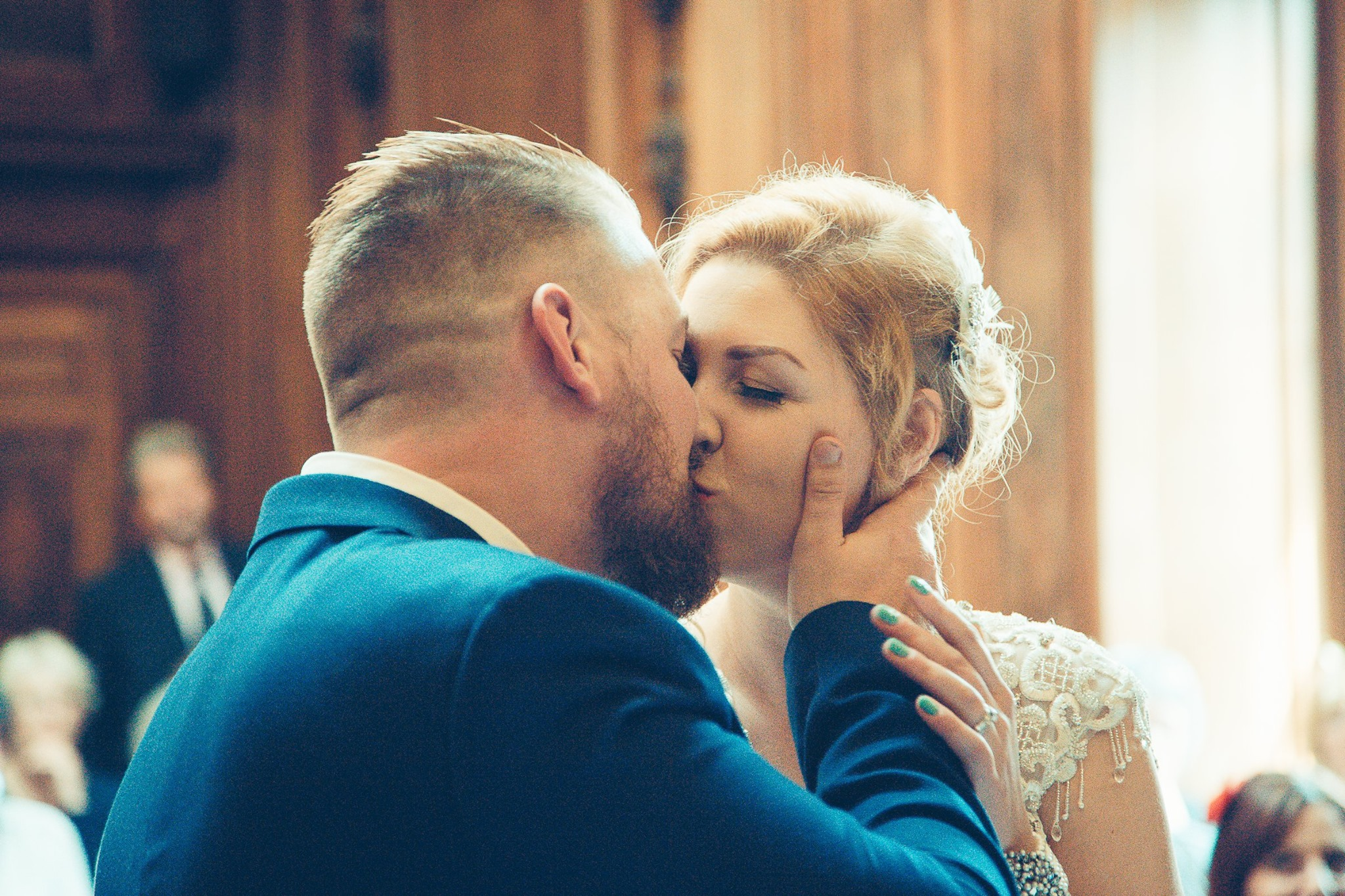 great-gatsby-norfolk-wedding-the-kiss
