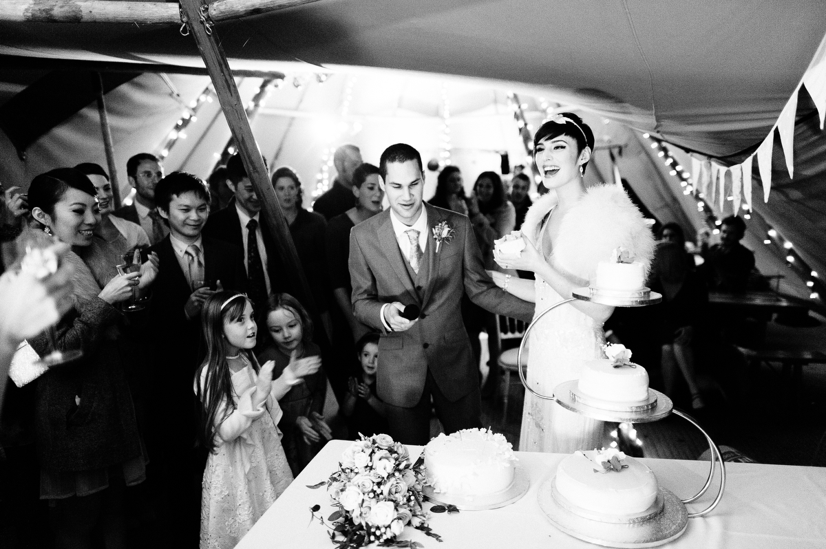 stephen-bunn-wedding-photography-cutting-cake
