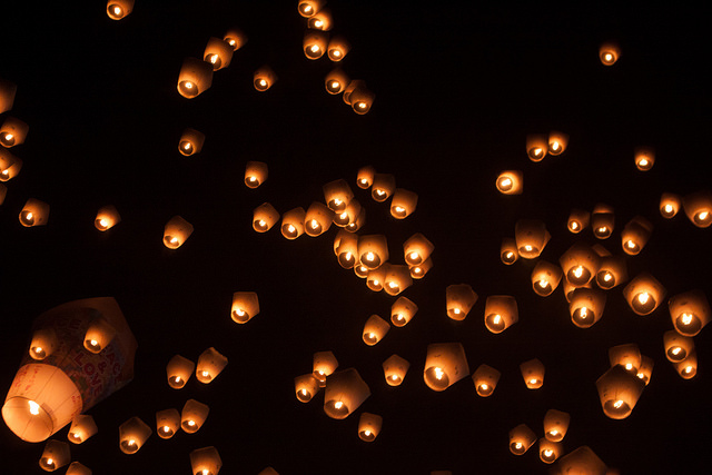 flying-chinese-lanterns