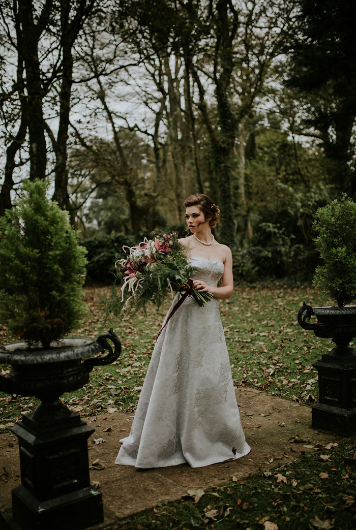 a-sumptuous-and-mysterious-georgian-inspired-bridal-shoot-12