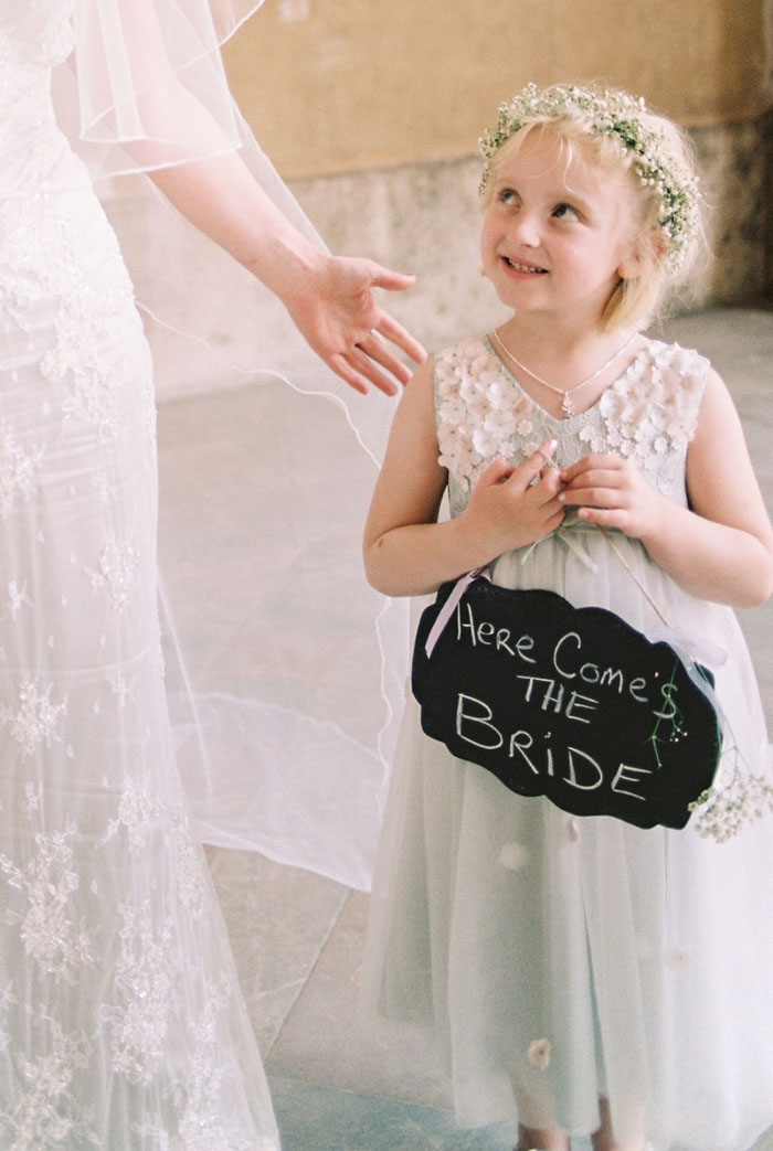 Five alternative ideas to a flower girl bouquet