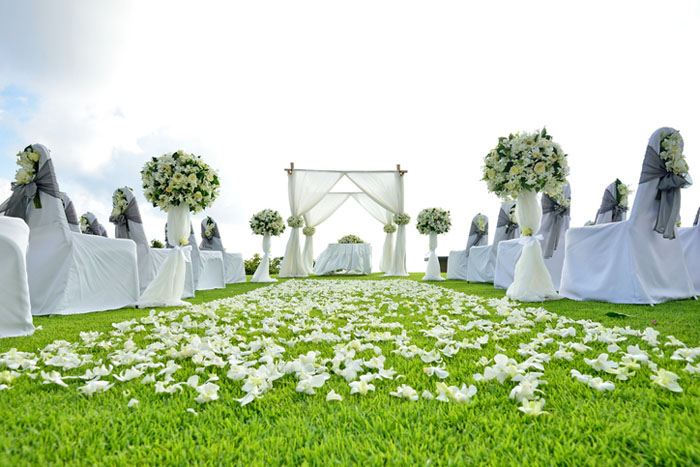 20-beautiful-backdrops-for-your-outdoor-wedding-ceremony-4