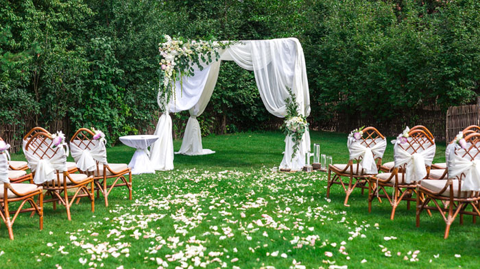 20-beautiful-backdrops-for-your-outdoor-wedding-ceremony-11