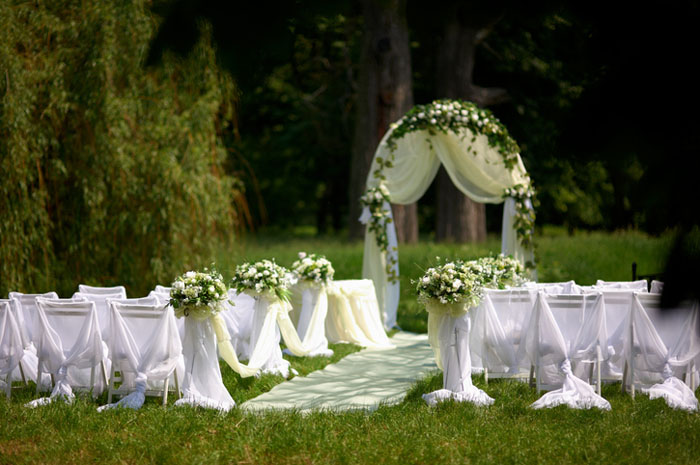 20-beautiful-backdrops-for-your-outdoor-wedding-ceremony-15