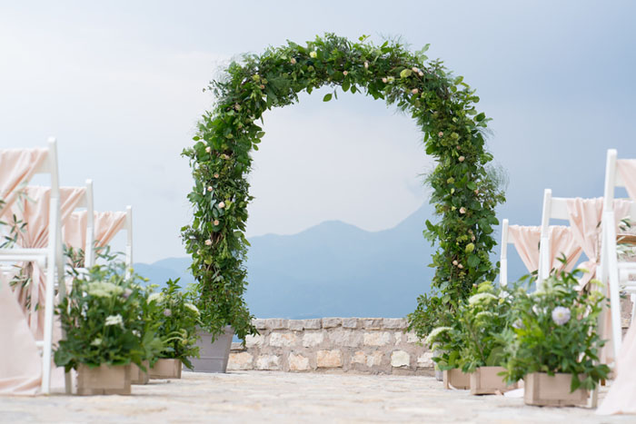 20-beautiful-backdrops-for-your-outdoor-wedding-ceremony-16