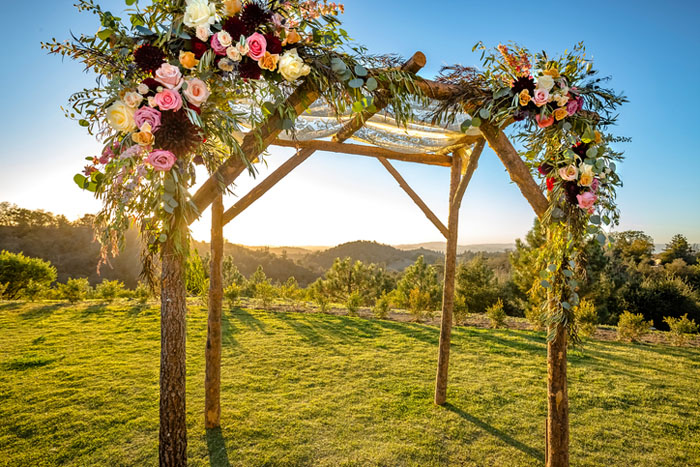 20-beautiful-backdrops-for-your-outdoor-wedding-ceremony-19