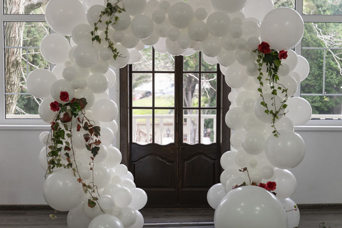 how-to-decorate-your-wedding-venue-with-balloons-4
