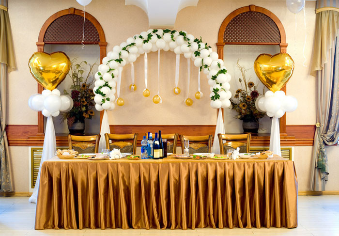 how-to-decorate-your-wedding-venue-with-balloons-10
