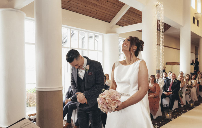 couple-opts-to-have-wedding-photographed-on-a-smartphone-8
