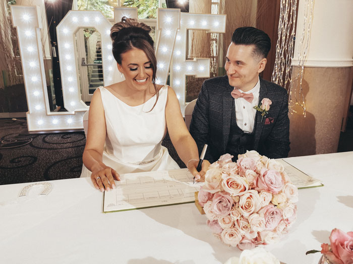 couple-opts-to-have-wedding-photographed-on-a-smartphone-10