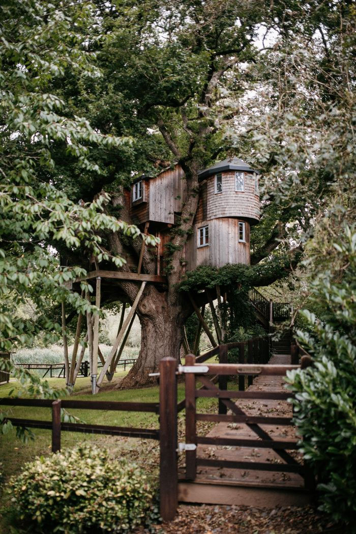 english-country-wedding-in-a-treehouse-2